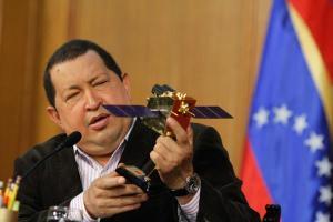 Hugo Chavez presentando el VRSS-1