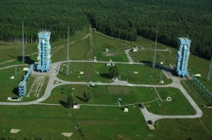 El cosmodromo de Plesetsk esta situado en una región de taiga y terreno plano bosques boreales de pinos.
